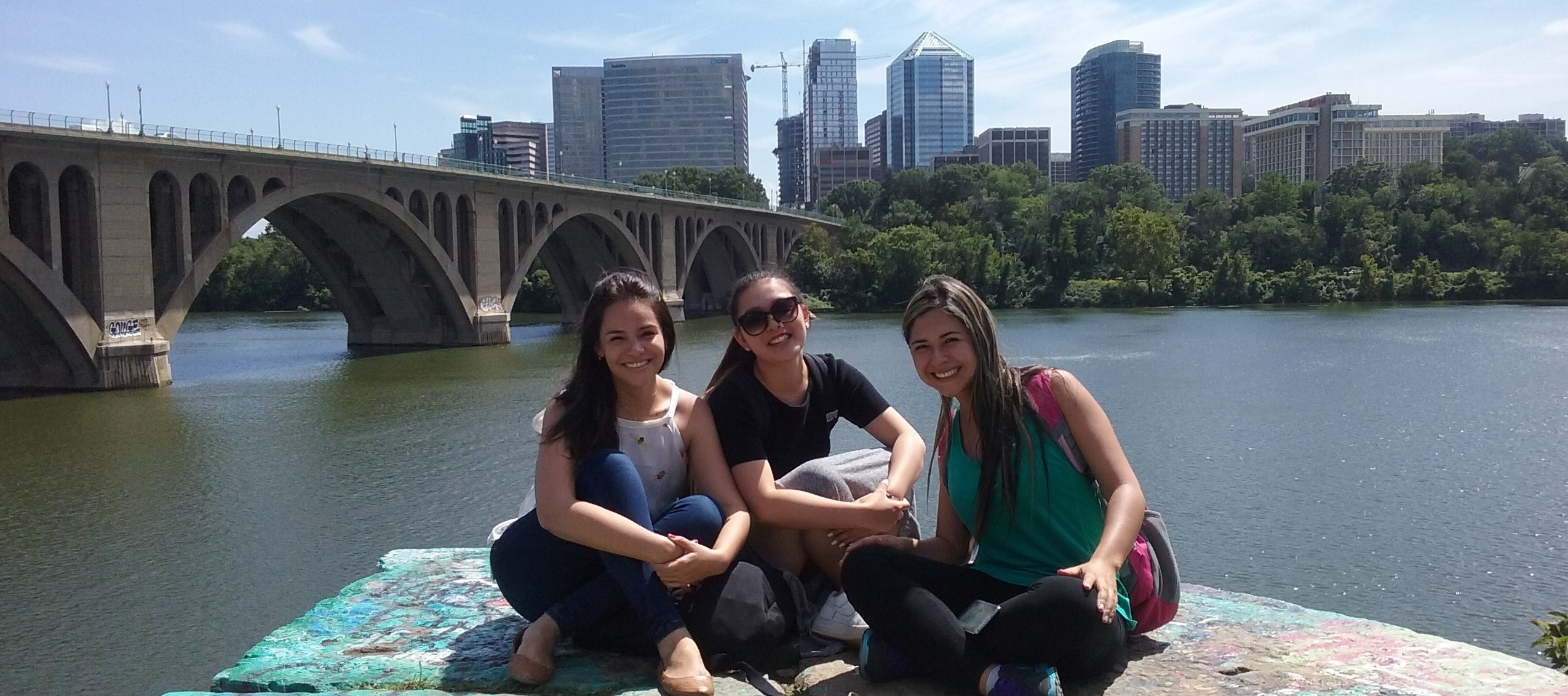 inlingua English students next to the Potomac overlooking Rosslyn